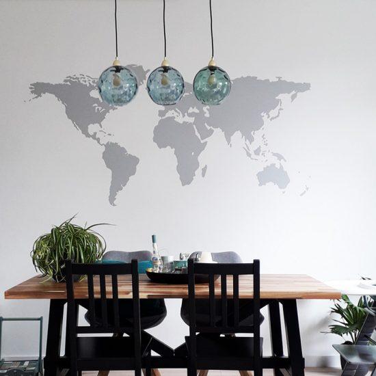 muursticker wereldkaart grijs woonkamer ideeen inspiratie binnenkijken eettafel lampen hang blauw planten jungle