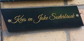 naambord-van-hout-sticker-naamsticker-voordeur-huisnummer-familienaam-goud-zwart-wit-sierlijke-letter-zelf-maken