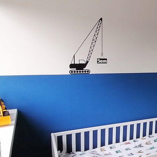 muursticker hijskraan werkvoertuigen stoere kinderkamer ideeen verven blauw kinder bed
