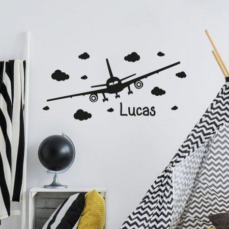 Muursticker van vliegtuig met naam en wolken
