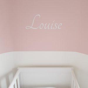 leuke muurtekst babykamer naamsticker wanddecoratie muurdecoratie roze wit zacht lief ideeen inspiratie