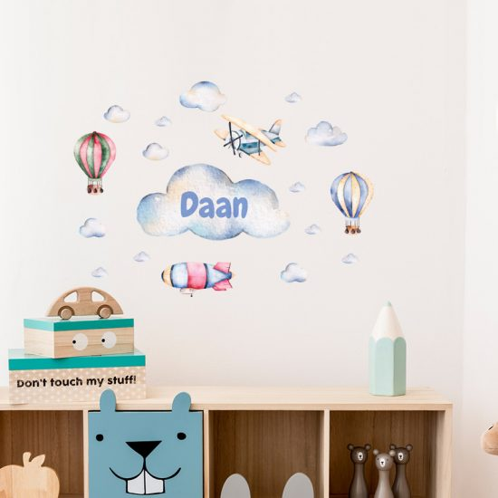 muursticker luchtbalonnen naamsticker ideeen kinderkamer babykamer stoer verven muur blauw